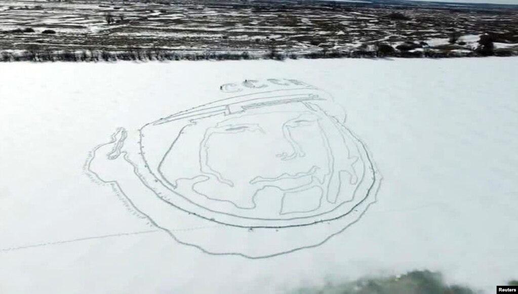 В ознаменование 55-й годовщины первого полета человека в космос российские активисты Алексей Бусаров и Олег Буцкий нарисовали огромный портрет Гагарина на льду замерзшего озера.  Для этого они использовали спутниковое навигационное оборудование и лопаты.