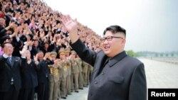 Кім Чон Ин вітає північнокорейських ракетників після чергового випробування, забороненого ООН, архівне фото