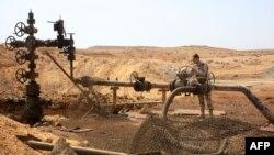 Хомс провинциясындағы Жазел мұнай кенішінде тұрған сириялық әскери адам. Сирия. 9 наурыз 2015 жыл. (Көрнекі сурет.)