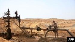 Сирийский военнослужащий на месторождении нефти Джазель в сирийской провинции Хомс. 9 марта 2015 года.