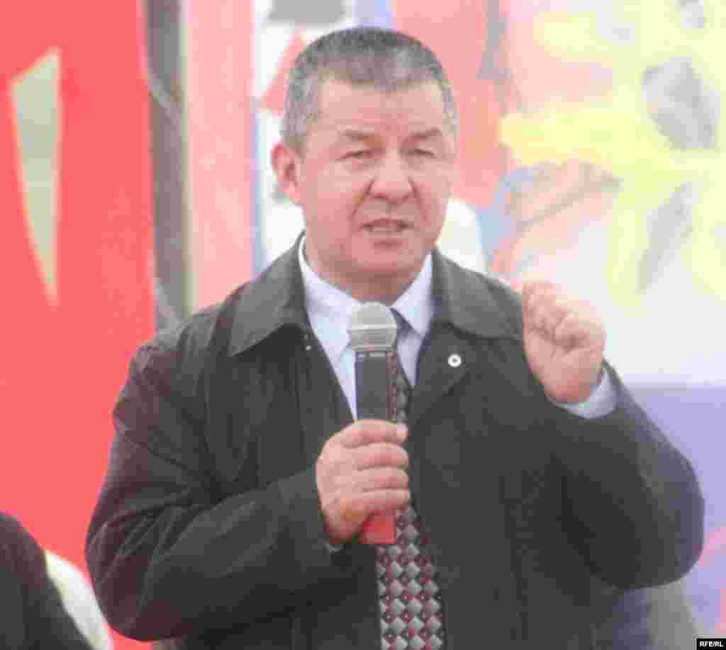оппозициянын президенттикке дагы бир талапкери катары аталган И. Исаковдун талапкерлиги да колдоо тапты - Kyrgyzstan -- One of leaders oppositional movement Ismail Isakov speaks at a Grand Congress (Eldik Kurultay) of United Popular Movement In the Village of Arashan Near Bishkek,25april2009