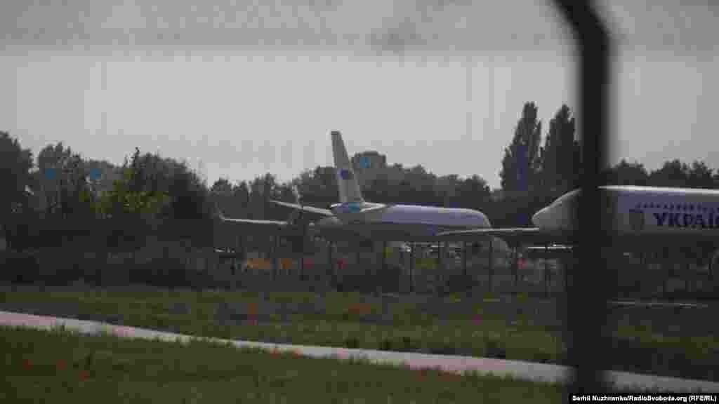 Российский самолет с заключенными в аэропорту «Борисполь» перед отправлением в Москву