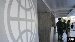 ԱՄՆ - Համաշխարհային բանկի լոգոն Վաշինգտոնում ՀԲ կենտրոնակայանի մուտքին
