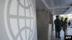 Логотип Всемирного банка на стене центрального входа в здание ВБ в Вашингтоне