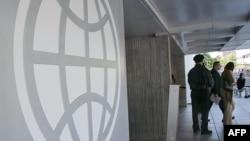 Համաշխարհային բանկի լոգոն Վաշինգտոնում Բանկի կենտրոնակայանի շքամուտքի պատին