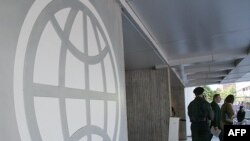Логото на Светска банка на влезот на зградата во Вашингтон