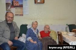 Абдурешит Джеппаров (л) и родители Эскендера Бариева: мать Диляра и отец Энвер