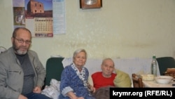Abdureşit Cepparov (solda) ve Eskender Bariyevniñ anası Dilâra ve babası Enver