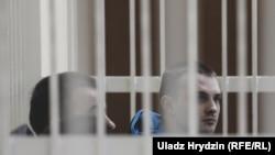 Абвінавачаныя Яўген Бараноўскі і Антон Вяжэвіч на судзе, 5 лістапада 2018 году