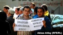 Bir neçə qəzetin kollektivi «Qasid» qarşısında aksiya keçirib