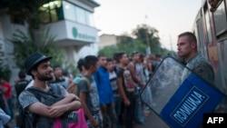 Гевгелиядағы теміржолда Сербияға баратын пойызға мигранттардың мініп кетпеуін қадағалап тұрған полицейлер. Македония, 19 тамыз 2015 жыл.