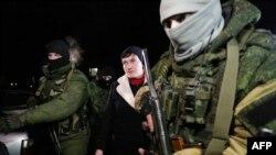 Надежда Савченко во время поездки в Донецк