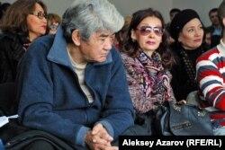 Политик и гражданский активист Мэлс Елеусизов наблюдает за общественными слушаниями. Казахстан, Алматы, 16 октября 2015 года.