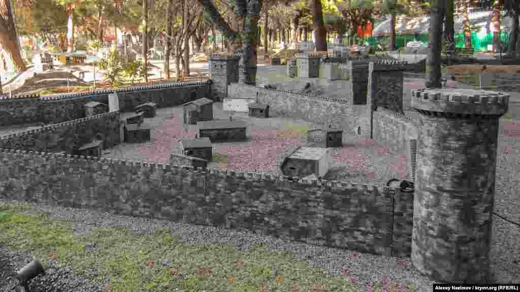 Фортеця Алустон. Її побудували візантійці в VI столітті. Хоча вона була досить невеликою навіть за мірками VI століття (займала всього 0,25 га), але вважалася однією з найбільш укріплених у Криму. Згодом нею заволоділи генуезці. Зараз це пам'ятник архітектури, який розташований в центрі Алушти. Руїни фортеці стали однією з головних визначних пам'яток міста