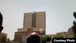 تجمع نزدیکان هدی صابر در مقابل بیمارستان مدرس تهران