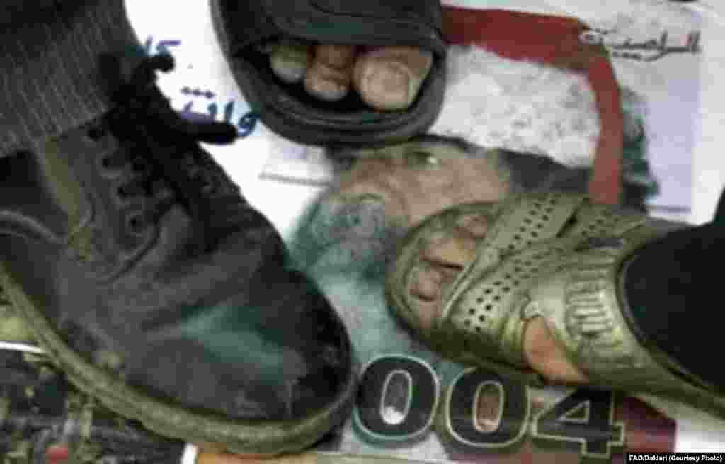 Iraq -- an anti-Hussein demonstration, Baghdad, 15Jul2004 - Ğiraqlılar 2004neñ 25 Yülendä Bağdad demonstratsiäsendä Xösäyen süräten taptıy. Sönnilär arasında küpmeder abruyı bulsa da, ğiraqlılarnıñ kübese Säddamnıñ xökem itelüen xuplap qarşı aldı. (epa)