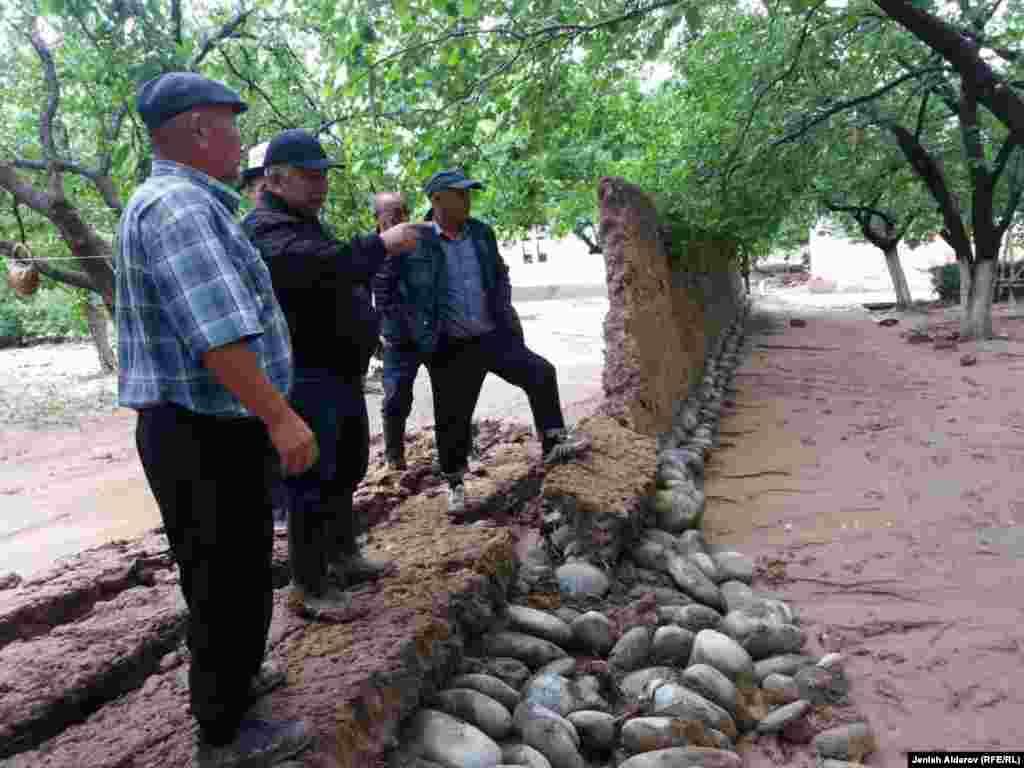 Эң көп жабыркаган Ак-Сай айыл аймагындагы Кара-Бак айылында 45 үйдү суу каптады.