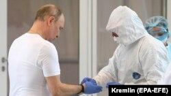 Президент России Владимир Путин во время посещения инфекционной больницы для пациентов с COVID-19. 24 марта 2020 года.