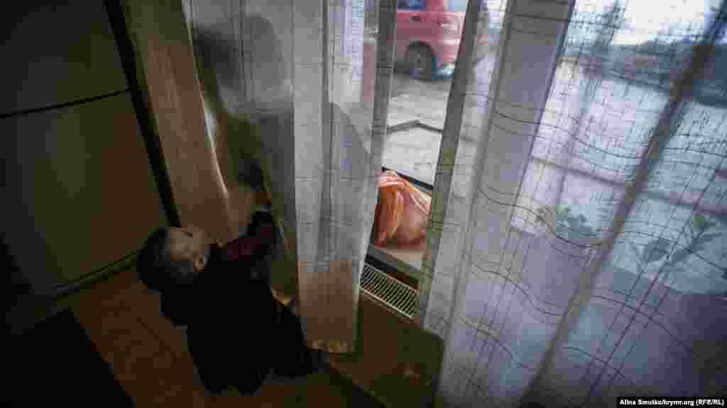 Діти Рефата Алімова грають у будинку в селі Краснокам'янка на південному березі Криму. Алімов– один із фігурантів «ялтинської справи Хізб ут-Тахрір». Він разом із п'ятьма іншими кримськими татарами був затриманий у лютому-квітні 2016 року в Ялті. Його звинувачують у причетності до забороненої в Росії ісламської політичної організації «Хізб ут-Тахрір»