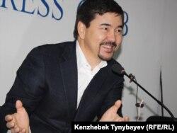 Топ-бизнесмен әрі банкир Марғұлан Сейсембаев эмиграциядан оралған соң баспсөз мәслихатын өткізіп отыр. Алматы, 11 қараша 2010 жыл.