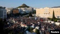 В Афинах в пятницу продолжались многотысячные манифестации за и против линии Ципраса