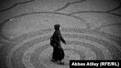فتاة كردية في احدى ساحات اربيل
