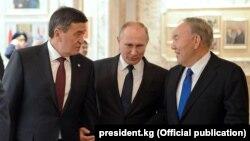 Слева направо: президенты Кыргызстана, России и Казахстана Сооронбай Жээнбеков, Владимир Путин и Нурсултан Назарбаев.