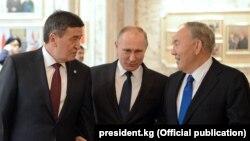 Президенты Кыргызстана, России и Казахстана Сооронбай Жээнбеков, Владимир Путин и Нурсултан Назарбаев.