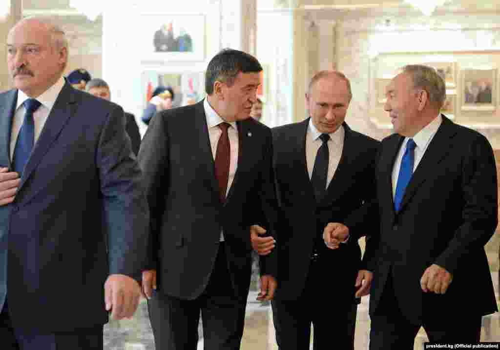 Главы государств обсудили перспективы двусторонних отношений, в том числе вопросы по урегулированию ситуации на кыргызско-казахской границе. По завершению встречи президенты выступили с сообщением для прессы.