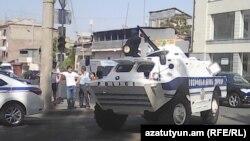 Армянская полиция рядом с захваченным зданием полиции