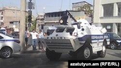 Ереванның Эребуни ауданында тұрған полиция техникасы. 17 шілде 2016 жыл.