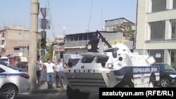 Армения -- Полицейские машины заблокировали дорогу, ведущую в ереванский район Эребуни, где группа радикальной оппозиции захватила здание полиции, Ереван, 17 июля 2016 г.
