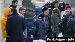 Disa persona duke u larguar nga ambasada ruse në Britani