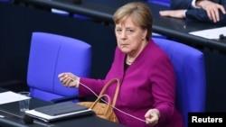 Германският канцлер Ангела Меркел в Бундестага предупреди сънародниците си, че коронавирусът още дълго ще ограничава плановете им