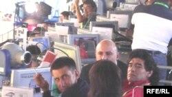 Вот бы всегда Диего Марадона (справа) выглядел и вел себя так, как во время радиорепортажей