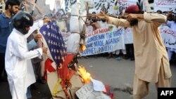 """Пәкістан мұсылмандары """"Мұсылмандардың пәктігі"""" фильміне наразылық танытып жатыр. Карачи, 16 қыркүйек 2012 жыл."""