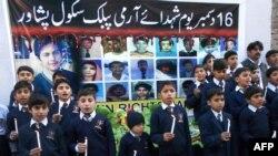 Пакистандагы эскерүү жөрөлгөлөрүнүн бири. 16-декабрь, 2015-жыл.