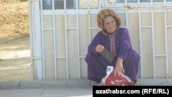 Awtobusa garaşyp oturan bir zenan