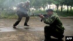Озброєні сепаратисти ведуть вогонь по прикордонникам в Луганську, 2 червня 2014 року