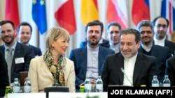 عباس عراقچی و هلگا اشمیت در یکی از نشستهای قبلی کمیسیون مشترک برجام