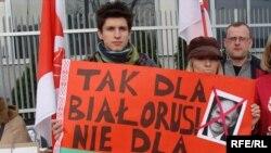 Дзень салідарнасьці каля беларускай амбасады ў Варшаве