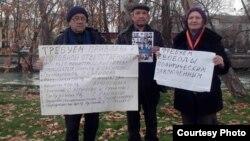 На фото (слева направо): правозащитники Шухрат Рустамов, Аликул Сарымсаков и Елена Урлаева на пикете напротив здания Олий Мажлиса. Ташкент, 12 января 2015 года.