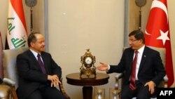 Премьер-министр Турции Ахмет Давутоглу (справа) и лидер иракских курдов Массуд Барзани во время встречи в Анкаре