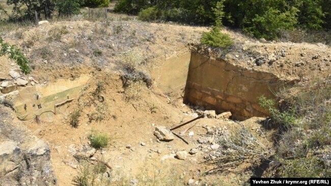 В орудийный дворик №3 осыпается грунт