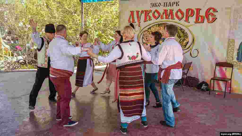 Члени Молдавського товариства танцюють народний танець на естрадному майданчику парку «Лукомор'я»
