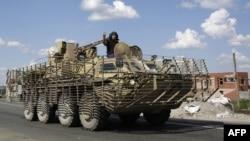 Донецк облысының Славянск қаласында жүрген украиналық әскери техника. 5 тамыз 2014 жыл.