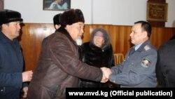 Министр внутренних дел Кашкар Джунушалиев на встрече с жителями села Арпа-Тектир Алайского района Ошской области. 19 февраля 2020 года.