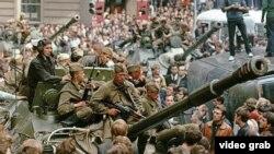Влегувањето на руските војници во Прага низ колор фотографии