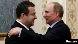 Presidenti i Rusisë, Vladimir Putin (djathtas) greets Serbia's Prime Minister Ivica Dacic during a meeting at the Novo-Ogaryovo state residence, 10Apr2013