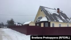 Дом в поселке Струги Красные, в котором погибли подростки